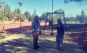 El Ayuntamiento de Santa Marta instala una tirolina en el parque de las piscinas de Valdelagua
