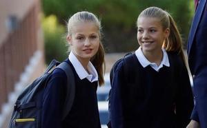 Los Reyes acompañan a sus hijas en su primer día de colegio