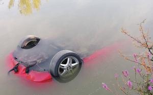 Recuperan un coche hundido en el Canal de Castilla a la altura del municipio vallisoletano de Cubillas