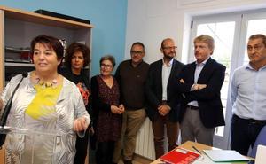La alcaldesa anima a aprovechar los despachos profesionales del vivero de la calle Arias Dávila