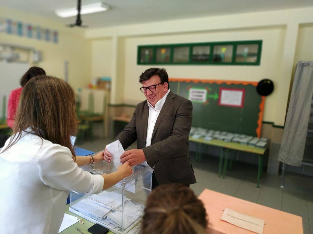 La Junta permite al alcalde de Almazán continuar en su puesto y le concede la excedencia