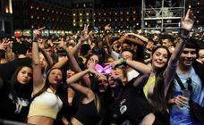 Miles de jóvenes celebran los 40 Puceladance en la Plaza Mayor de Valladolid