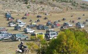 Decenas de aficionados participan en el encierro campero de Peñaflor