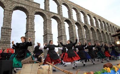 Bailes y folclore a los pies del Acueducto