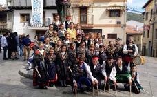 Una treintena de niños y jóvenes dedican sus bailes al Cristo en San Esteban de la Sierra