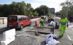 El corte de un carril para reparar de nuevo las juntas colapsa el puente de Poniente de Valladolid