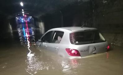 El dueño del coche atascado en el túnel de Labradores: «Cuando me di cuenta, el agua casi tapaba el vehículo»