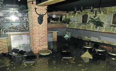 Juan Valls, dueño del bar El Niño Perdido: «Esto no deja de ser el cauce del Esgueva»