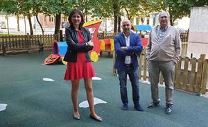 Comuneros estrena una nueva zona de juegos infantiles en la calle Cruz de Caracava