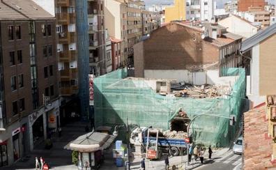 La Cruz Verde de Valladolid pierde su esquinazo centenario con el derribo del bar La Luna