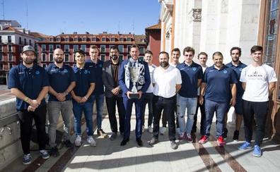 La plantilla del CPLV Valladolid lleva la Supercopa al ayuntamiento