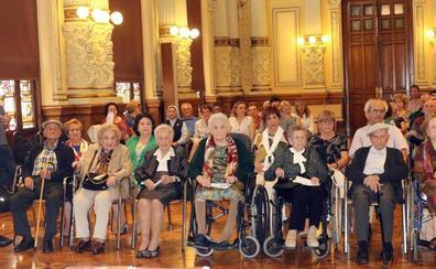 Valladolid rinde homenaje a los 140 vecinos de la capital que han cumplido cien años