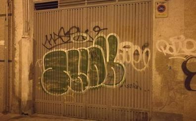La Policía Local denuncia a dos jóvenes por hacer 20 pintadas en fachadas, portales y garajes del barrio Vidal