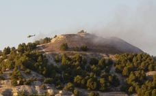 Medios aéreos y terrestres sofocan un incendio en el monte de Cabezón de Pisuerga