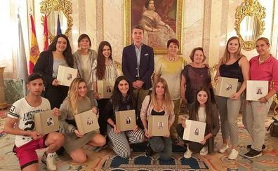 El alcalde y las damas de las fiestas de Segovia reciben las fotos de los festejos