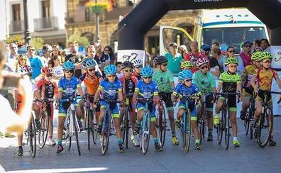 La Escuela de Ciclismo Salmantina brilla en la Reunión de Escuelas Memorial Flores en Béjar con un triple podio
