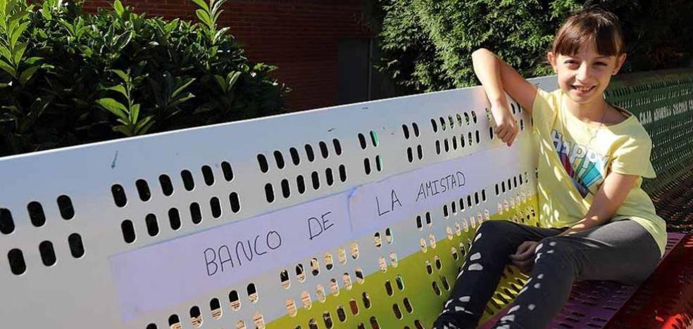 La propuesta de Haizea se hace realidad y el colegio Fernando de Rojas de Burgos estrena su banco de la amistad