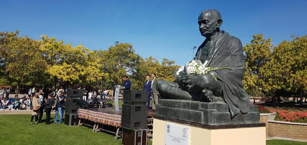 Gandhi, arropado con flores y danzas en Valladolid