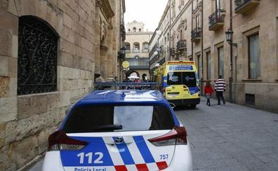 Agentes de la Policía Local de Salamanca salvan la vida a un hombre con un desfibrilador en plena calle