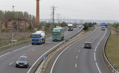Un accidente entre dos camiones provoca daños en el tendido eléctrico en la A-62 en Dueñas