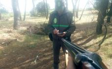 Un cazador amenaza con la escopeta cargada a un agente medioambiental en Burgos