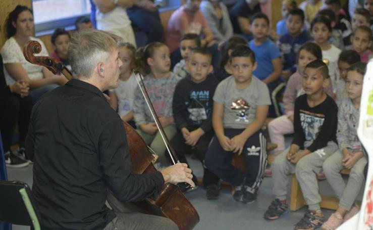 El chelista Alban Gerhardt, con los alumnos del colegio Allúe Morer