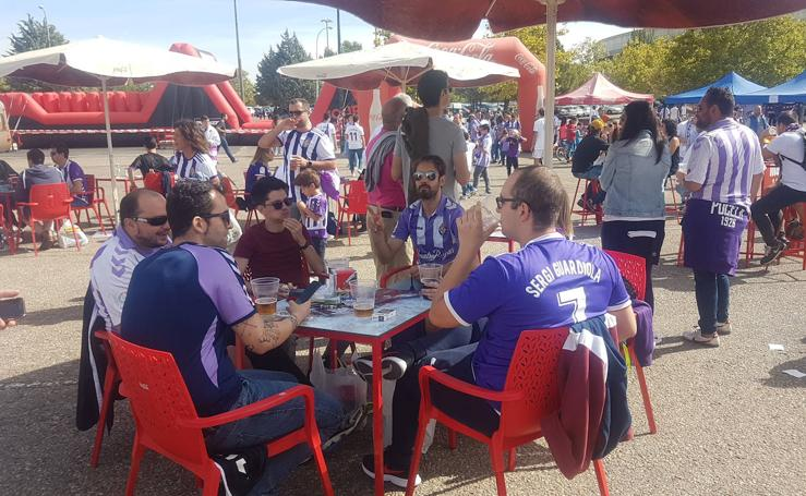 Aficionados del Real Valladolid y del Atlético de Madrid animan el ambiente antes del partido