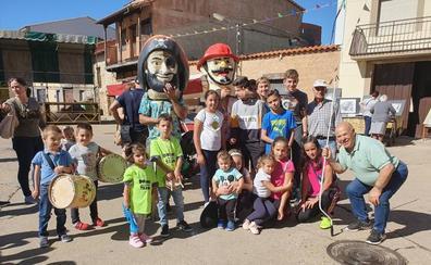 La feria y los cabezudos abren las fiestas del Rosario en El Maíllo