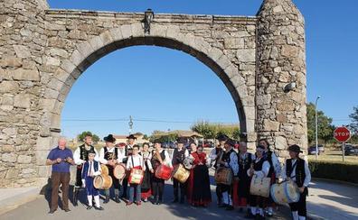Un festival folclórico pone el broche de oro a las fiestas en San Miguel de Valero