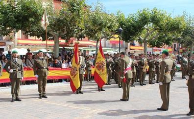 Jura de bandera para civiles en la plaza de España de Nava del Rey