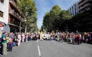 Padres y alumnos del Juan Jaén cortan Carmelitas al grito de «¡No más ruido!»