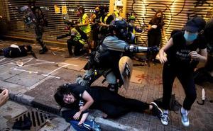 Procesan a dos arrestados bajo la ley antimáscara en Hong Kong