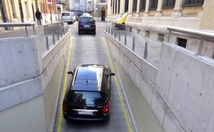 Intenta entrar marcha atrás por el túnel de salida del aparcamiento de la Plaza Mayor de Valladolid para evitar un control