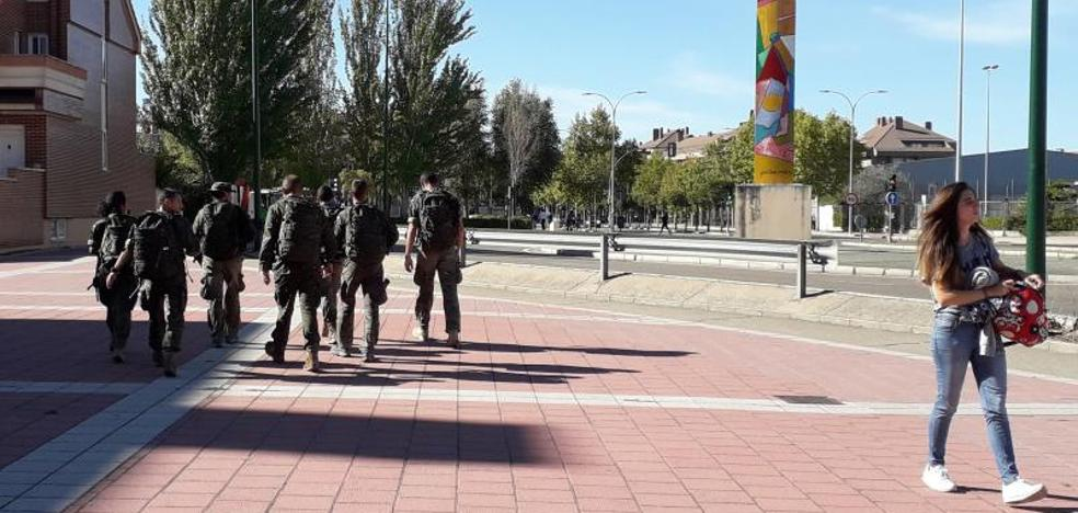 Un pelotón de entrenamiento 'se pasea' por el barrio de Covaresa