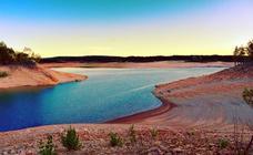 La orilla del pantano de Aguilar crece al ritmo de la sequía