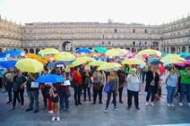 Paraguas por el empleo digno en la Plaza Mayor de Salamanca