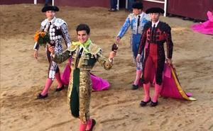 Valentín Hoyos sale a hombros tras obtener cuatro orejas en El Maíllo