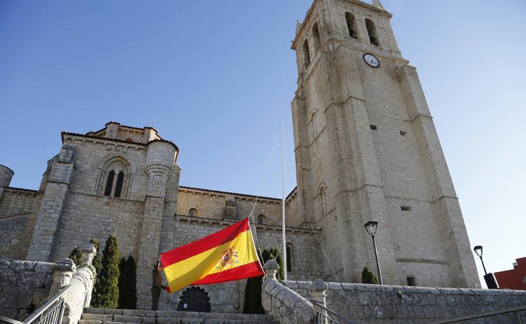 Villamuriel homenajea a la bandera con su arriado