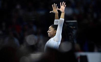 Simone Biles, la primera en conquistar cinco oros mundiales en el concurso completo