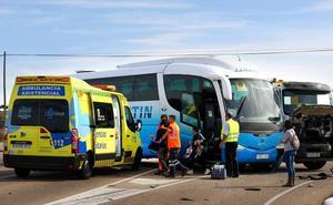 Heridas tres personas en una colisión entre un camión y un autobús escolar en El Bodón