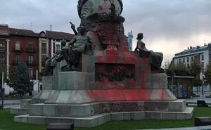 El monumento a Colón de Valladolid amanece teñido con pintura roja y un enorme grafiti