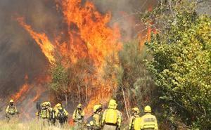 Medios terrestres y aéreos trabajan en la extinción de un incendio en Quilós