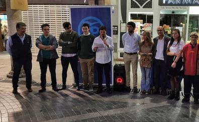 Nuevas Generaciones reparte en Palencia 1.000 lazos con la bandera nacional