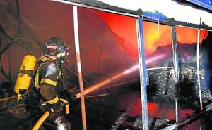 Un incendio destruye una nave en el polígono de Venta de Baños