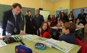 Mañueco garantiza que las escuelas con tres niños seguirán abiertas en Castilla y León