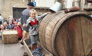 La pisada de uva al estilo tradicional cierra la fiesta de la vendimia en San Martín