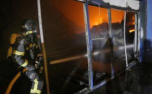 Especialistas de la Guardia Civil de León investigarán las causas del incendio en la nave de Venta de Baños