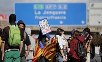 Directo | La Policía Nacional carga tras una nueva ocupación de la AP-7 en Girona
