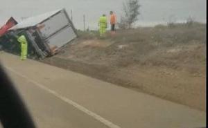 Herido leve el conductor de un camión al salirse de la vía y volcar en Medina de Rioseco