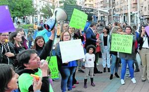 Los recortes en el apoyo educativo a las necesidades especiales sacan a la calle a decenas de personas